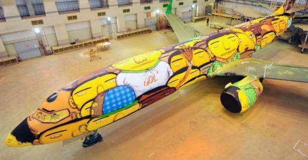 os-gemeos-graffiti-the-brazilian-national-teams-world-cup-plane-designboom-03