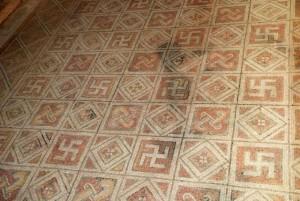 mosaico con svastiche