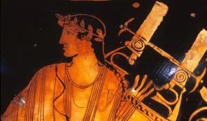 Apollo con la lira (dettaglio), collo di anfora attica a figure rosse, da Capua, 470-450 a.C. ca. , Penn Museum. Apollo insieme con le Muse è la fonte di ispirazione dell'aedo