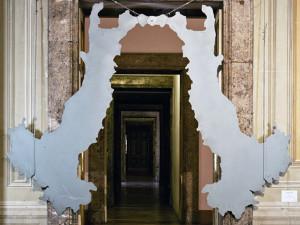 L.Fabro, Italia Porta, 1986, lamiera sagomata verniciata, Caserta Palazzo Reale, collezione Terrae Motus