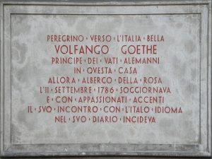 Una targa in ricordo del soggiorno di Goethe in Italia.