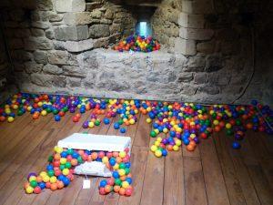 Zino, Exodus, 2016 Oggetti e sfere in polivinile Castelnuovo Magra, Torre del Castello dei Vescovi di Luni Fonte: http://www.finestresullarte.info/