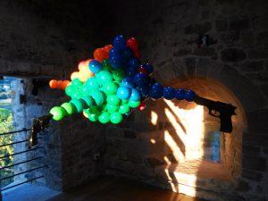 Zino, Shoots. 2016 Oggetti e sfere in polivinile Castelnuovo Magra, Torre del Castello dei Vescovi di Luni. Fonte: http://www.finestresullarte.info/