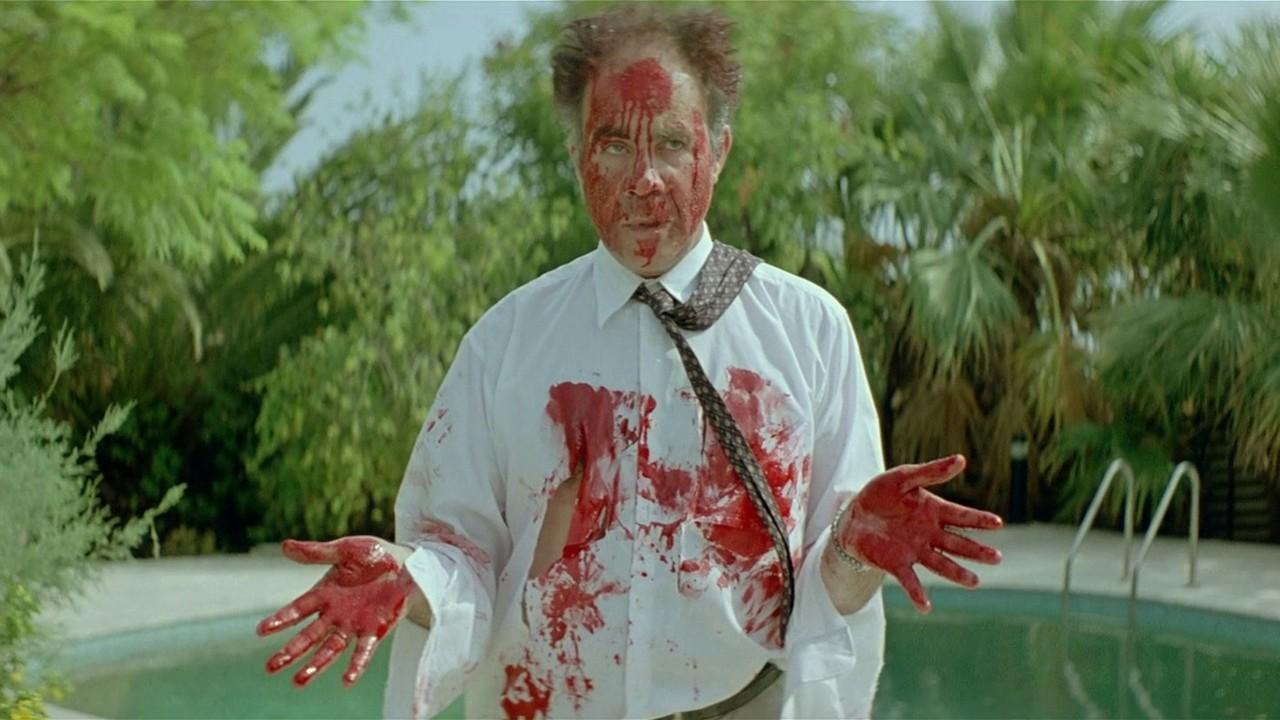Il padre sporco del sange del fratello, ucciso da un gatto