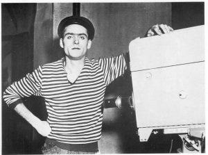 Giovanni Attanasio vicino ad una delle prime telecamere, negli studi televisivi di Roma.