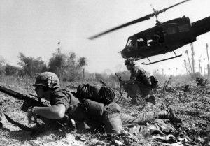 Dei soldati americani durante una campagna nel Vietnam, tema persistente di Paranoid