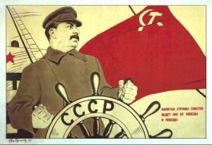 """Manifesto propagandistico dell'URSS, ritraente Stalin come """"Timoniere della Russia"""". Si tratta di uno degli esempi più concreti di """"culto della personalità"""". con la quale veniva idolatrata la figura di Stalin. Questo culto cesserà nel 1956 quando, durante il XX congresso del partito comunista dell'Unione Sovietica (PCUS), Nikita Chruscev denuncierà i crimini commessi dal dittatore sovietico."""