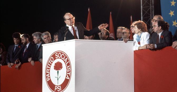 Bettino Craxi durante un congresso socialista.