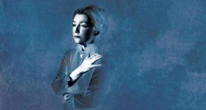 Lesley Manville (Helene Alving) in una rappresentazione teatrale di Spettri, avvenuta a Londra.