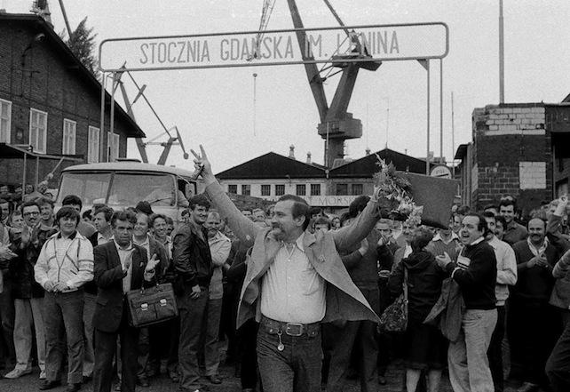 Lech Walesa, il leader di Solidarnosc, nei cantieri navali di Danzica