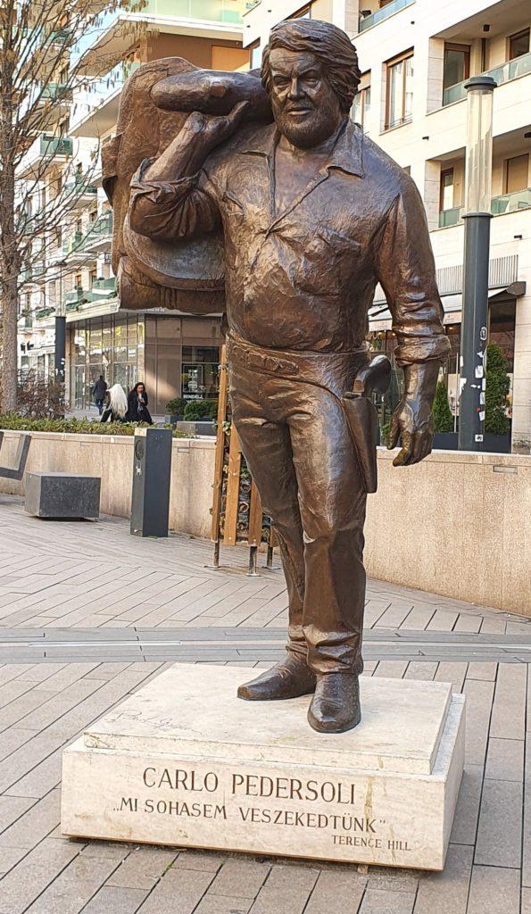 """La statua di Bud Spencer vestito come il personaggio che interpreta in """"Lo chiamavano Trinità"""""""