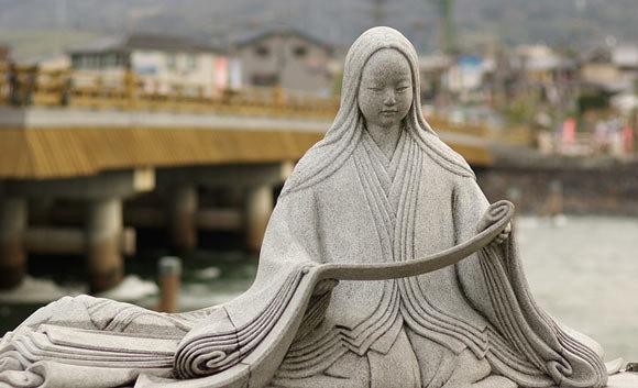 Statua commemorativa dedicata a Murasaki Shikibu, Ponte Uji, Kyoto, Giappone.